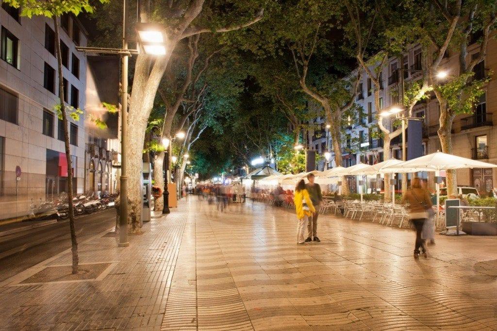 Dlouhá barcelonská ulice La Rambla