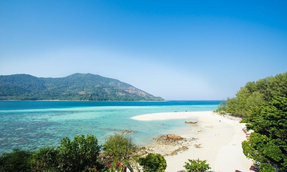 Krásná voda nedalekého ostrova Ko Lipe
