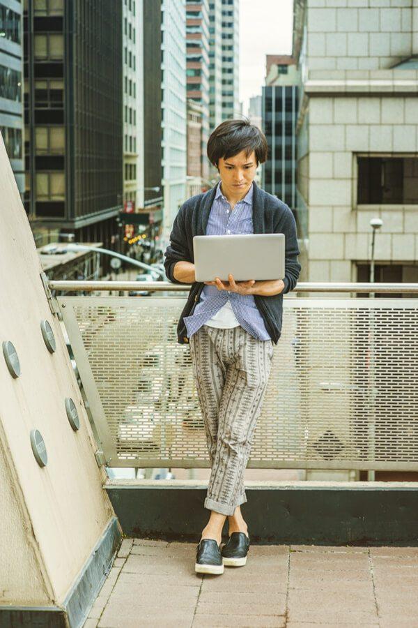 Japonský mladík s notebookem