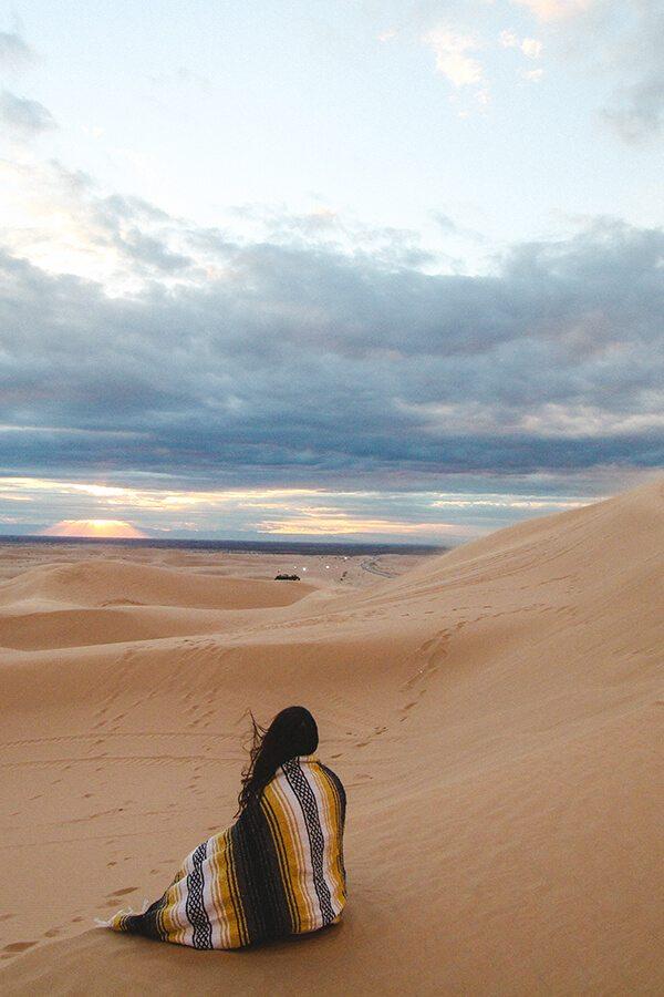 cestovatelka v poušti