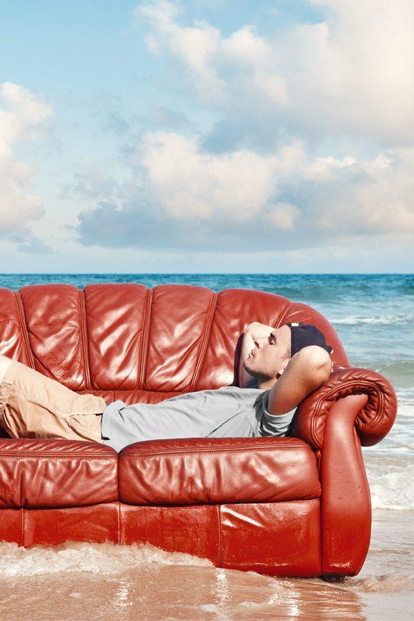 Pohodlí na pláži s pohovkou