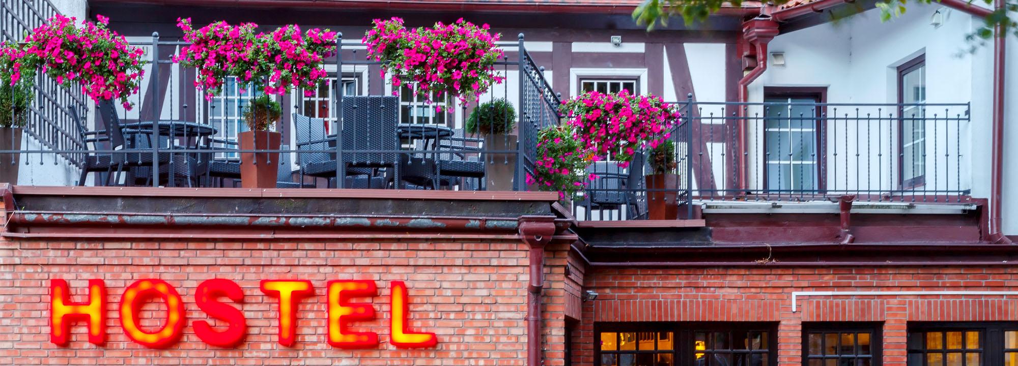 Neonove_logo_vitajici_navstevniky_do_hostelu