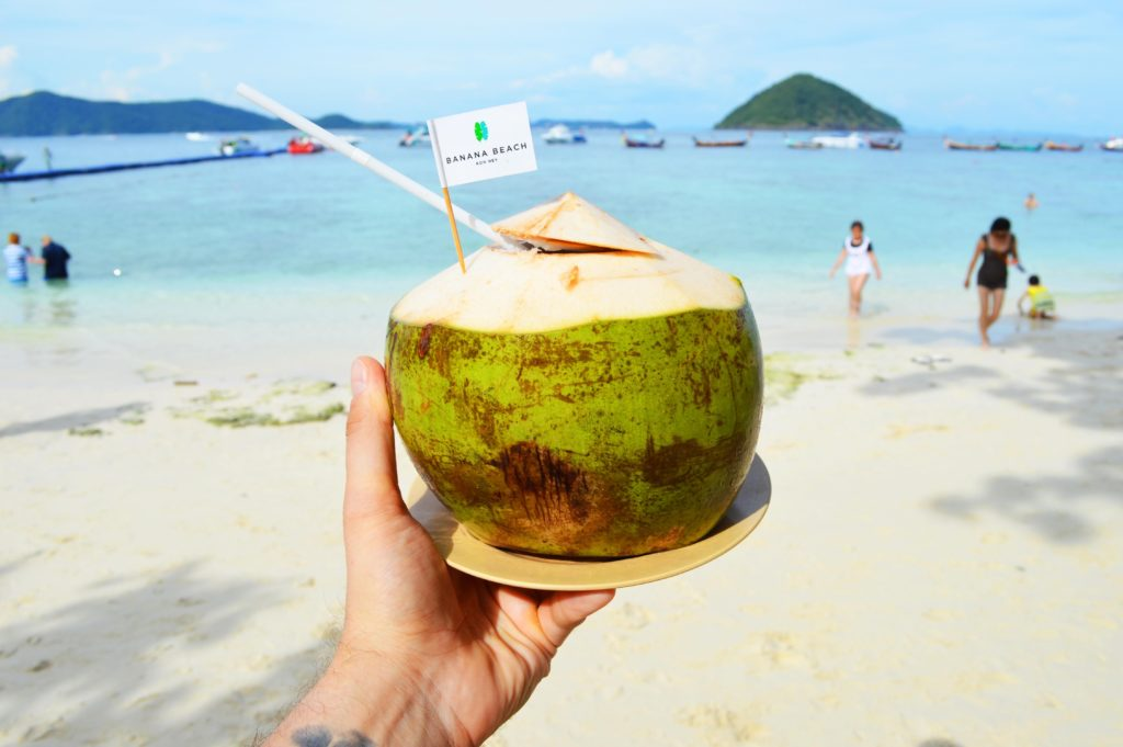 S kokosovým ořechem na pláži