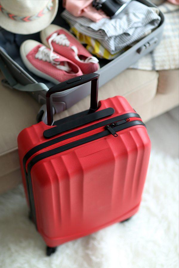 Červený kufr připravený na cestu