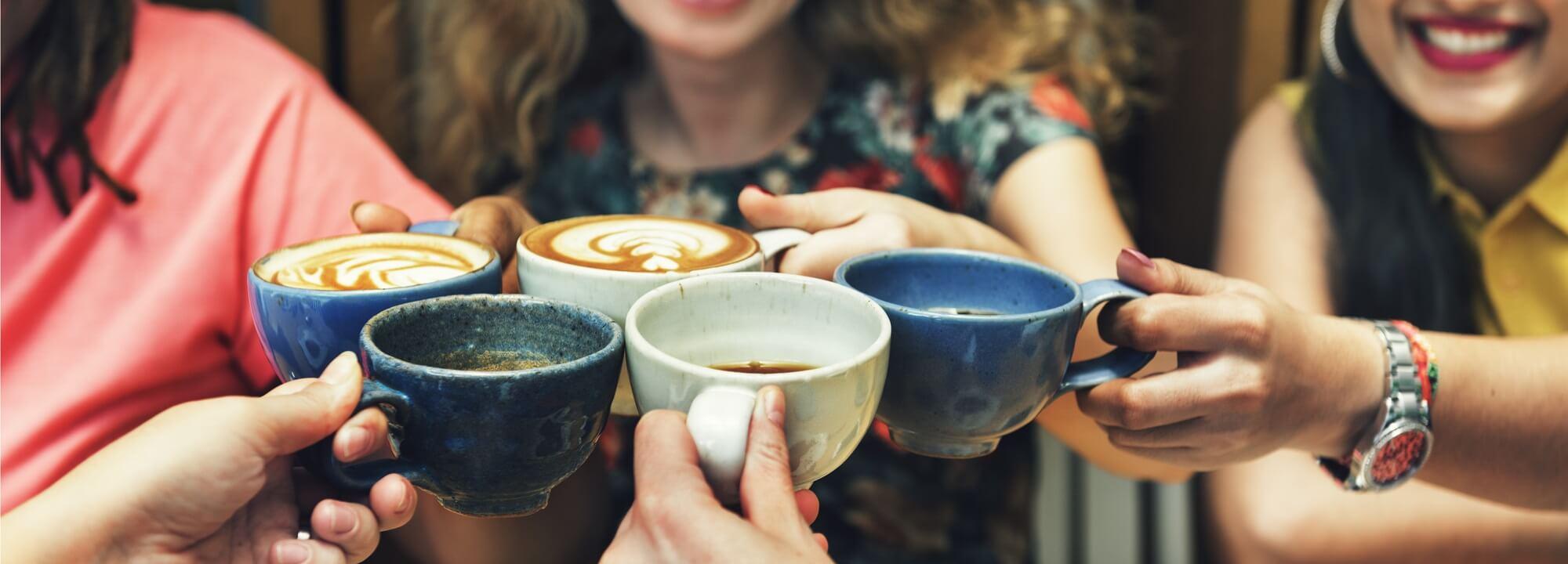 Přátelé s šálky kávy