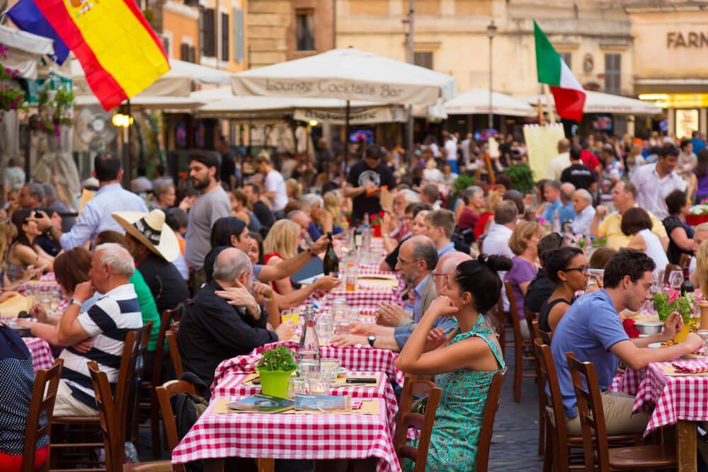 Lidé v italské restauraci.