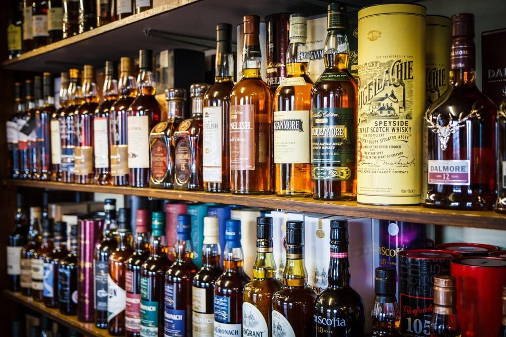 Láhve whisky v baru na polici