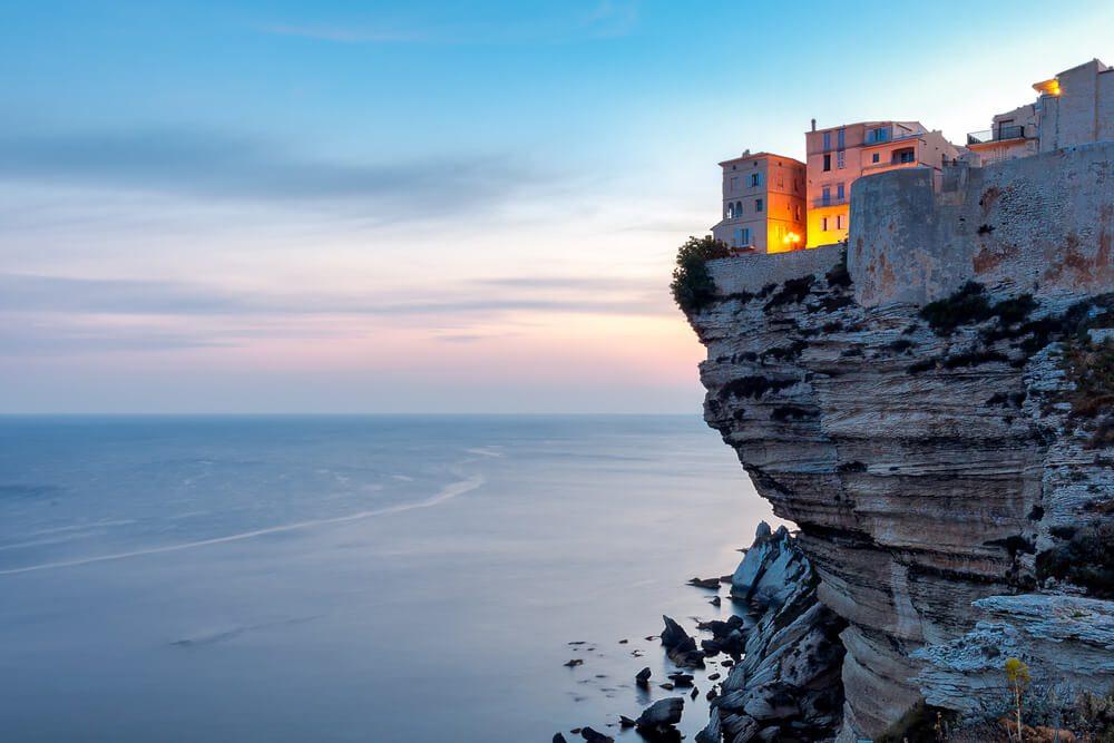 Město Bonifacio postavené na útesu.