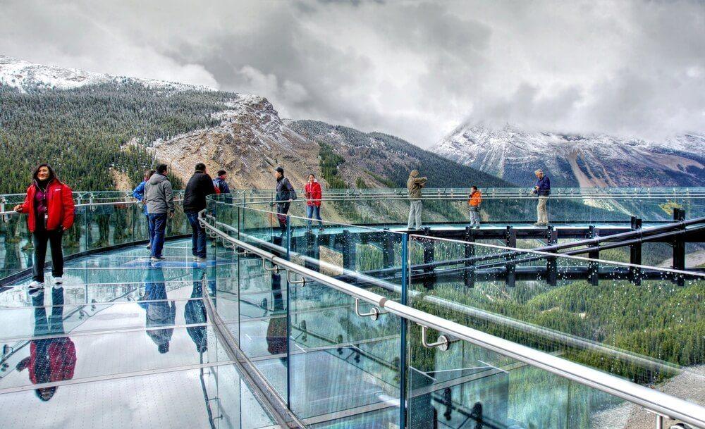 Lidé na proskleném mostě v Jasperu.