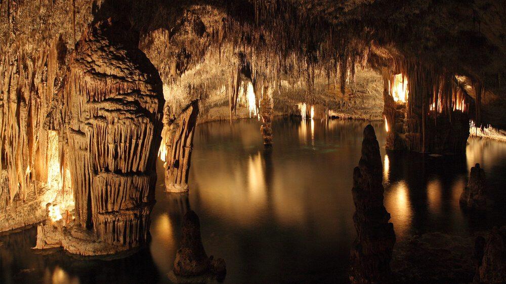 Dračí jeskyně s jezerem Martel.