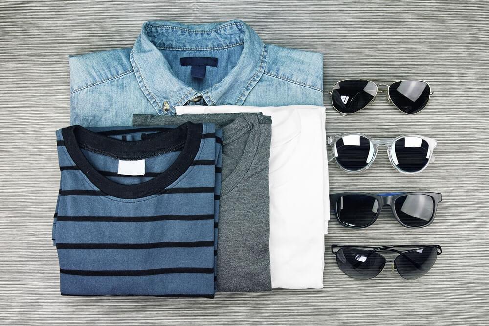Pánská trička a sluneční brýle.