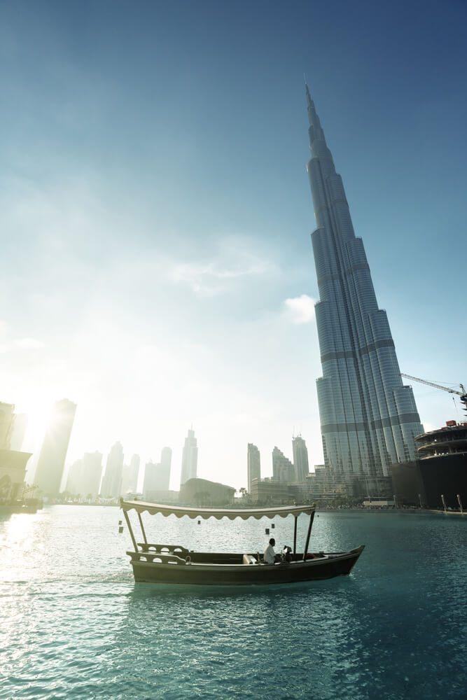 Burj Khalifa a dřevěná loďka