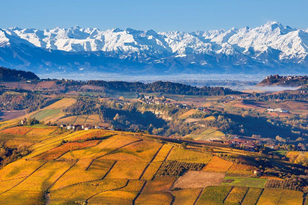 Oblast Piemont v Itálii na podzim.