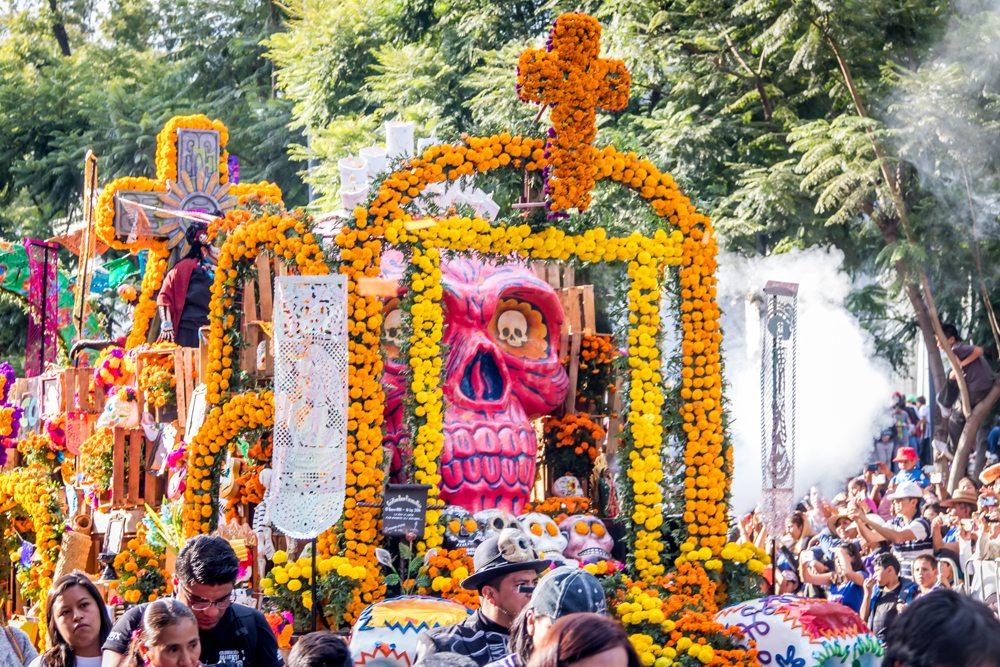 Kulisa z průvodu na slavnostech Dia de los Muertos v Mexiku.