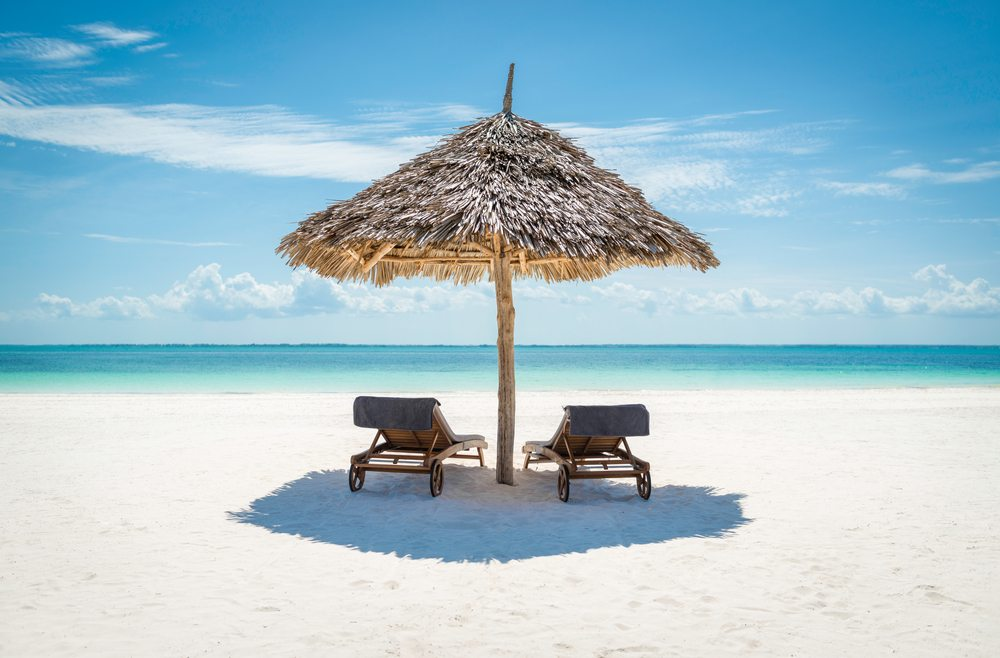 Slunečník s lehátky na Zanzibaru
