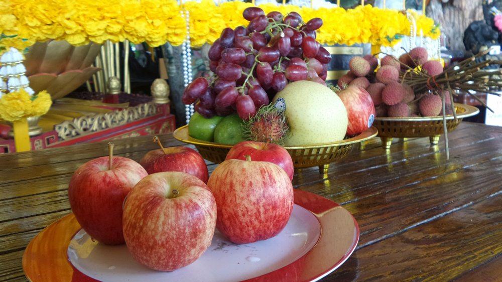 Oltář plný čerstvého ovoce.
