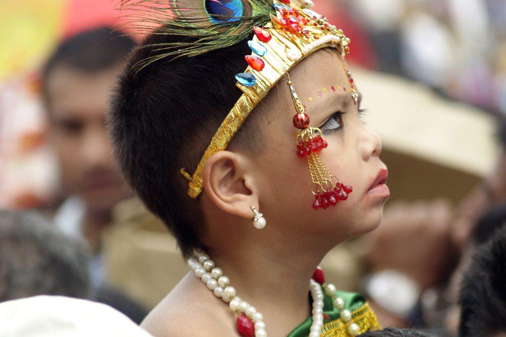Dítě učastnící se průvodu Gai Jatra.