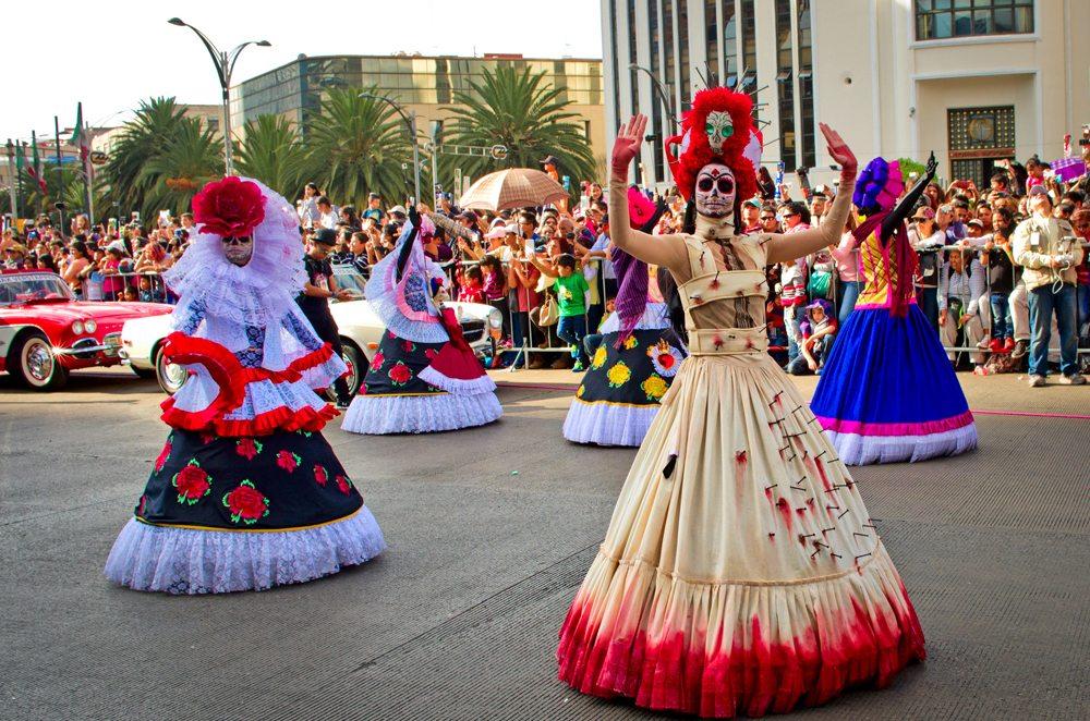 Ženy v převlecích, v ulicích Mexika.