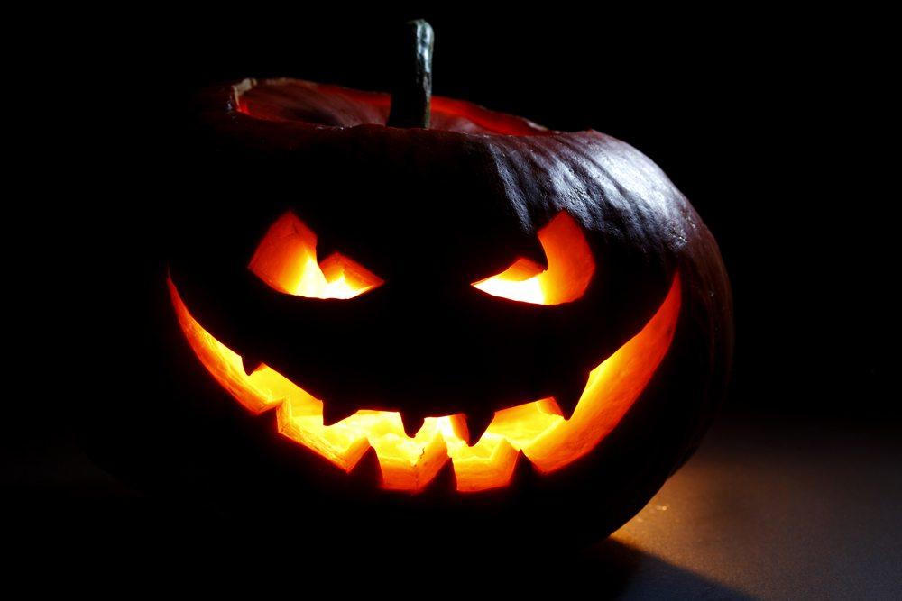Vydlabaná halloweenská tykev.