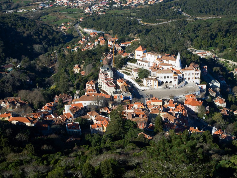 Pohled z ptačí perspektivy na Národní palác ve městě Sintra.