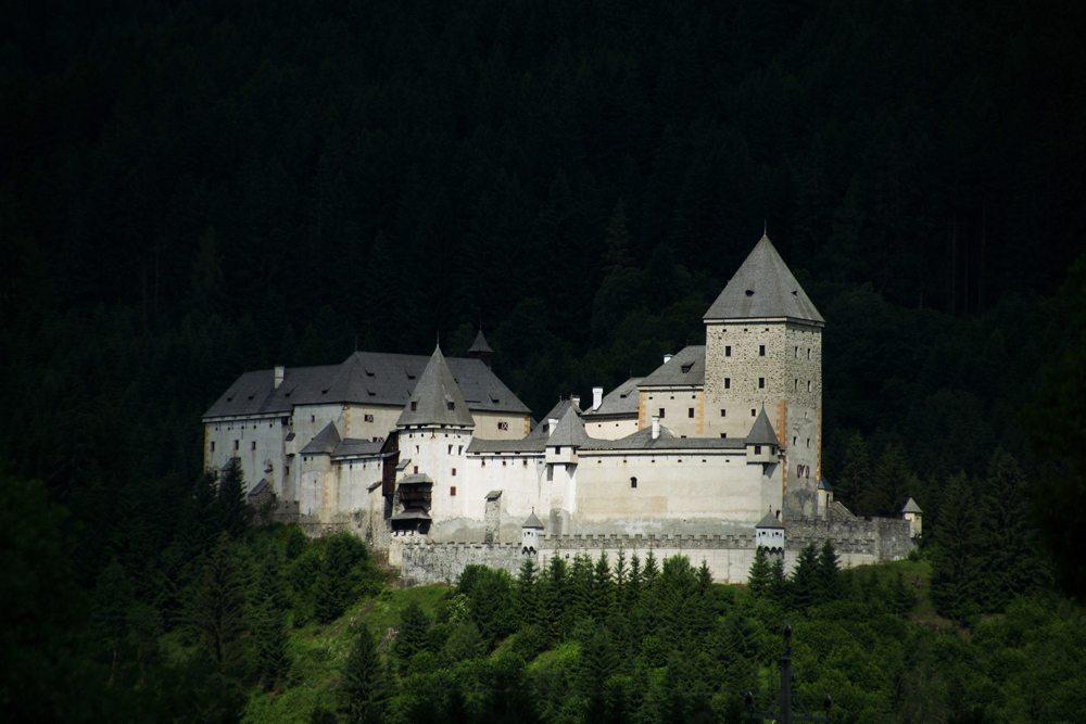 Pohled na rakouský hrad Moosham v noci.