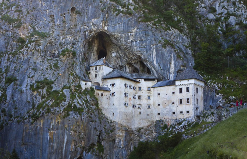 Pevnost Predjama ve Slovinsku.