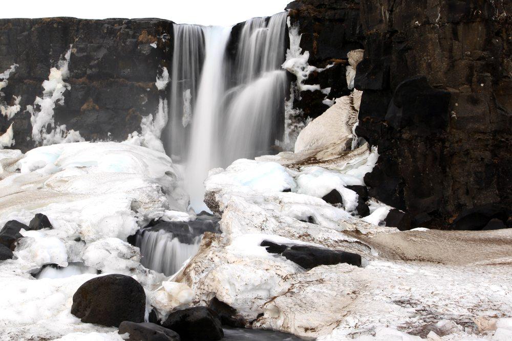 Vodopád Öxarárfoss v zimě.