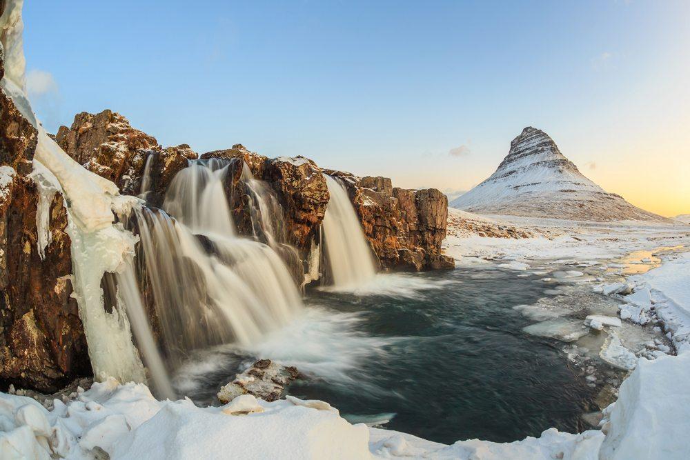 Vodopády Kirkjufell v zimě.