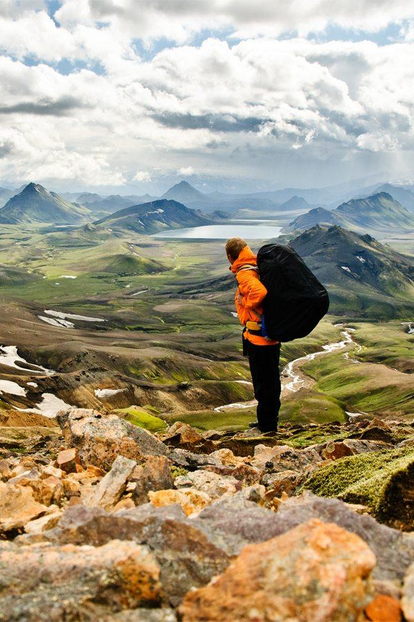 Panorama Islandu s mužem v popředí