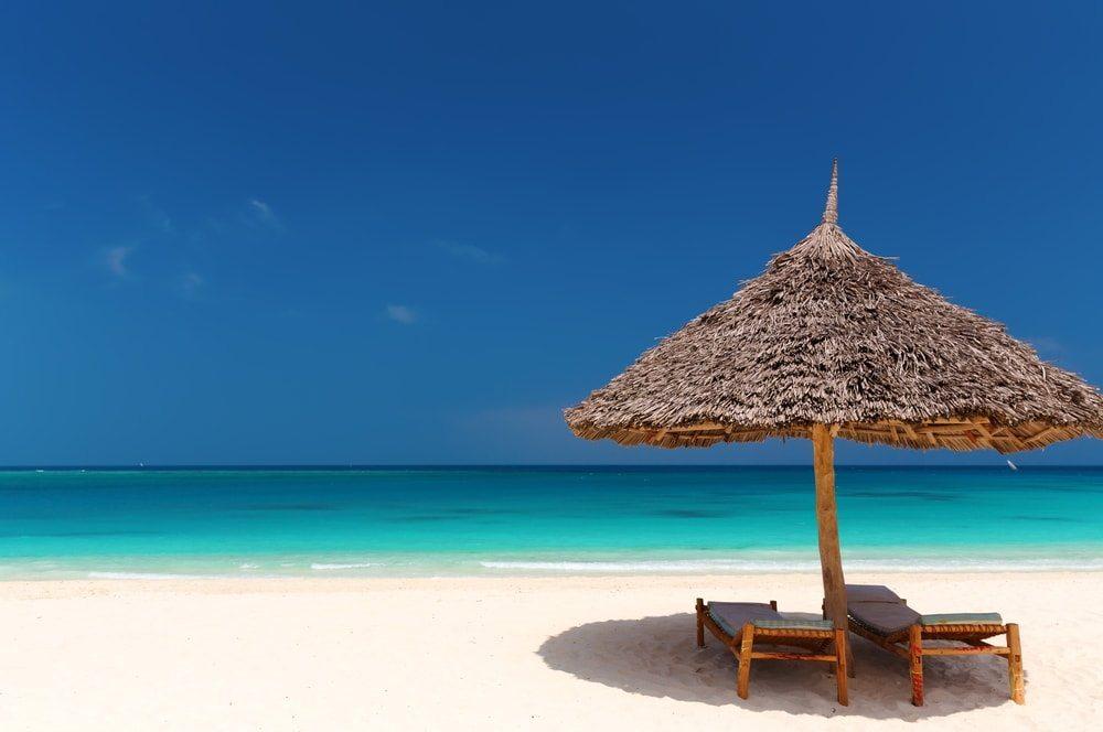 Pláž se slunečníkem