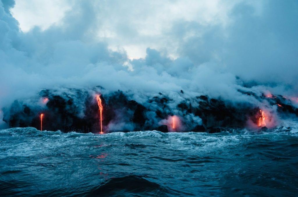 Láva vlévající se do moře u havajských sotrovů