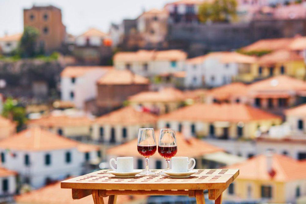 Sklenky vína na střešní terase.