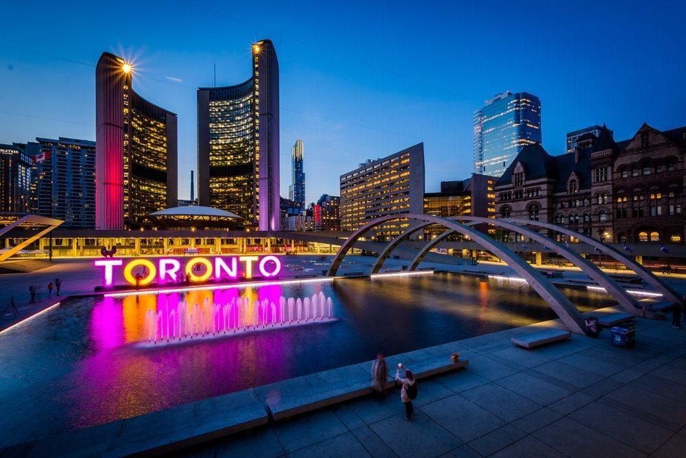 Neonový nápis Toronto v centru města.