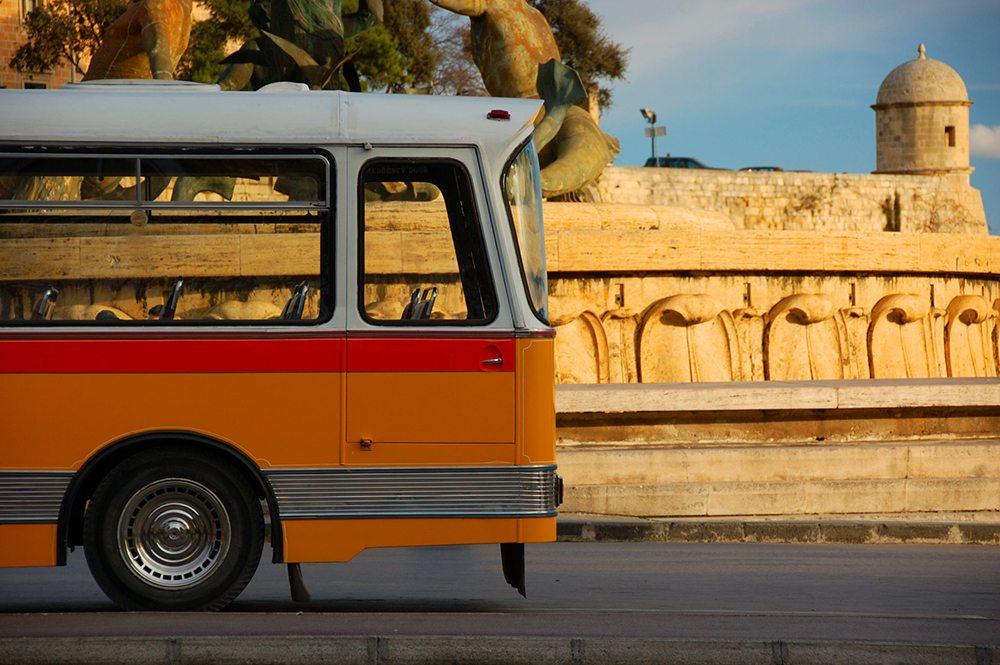 Typický žlutý autobus na Maltě.