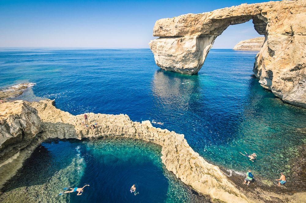 Azurové okno na ostrově Gozo.