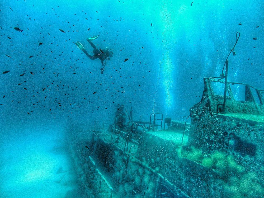Potápěč objevující potopená vrak lodi u Valletty.