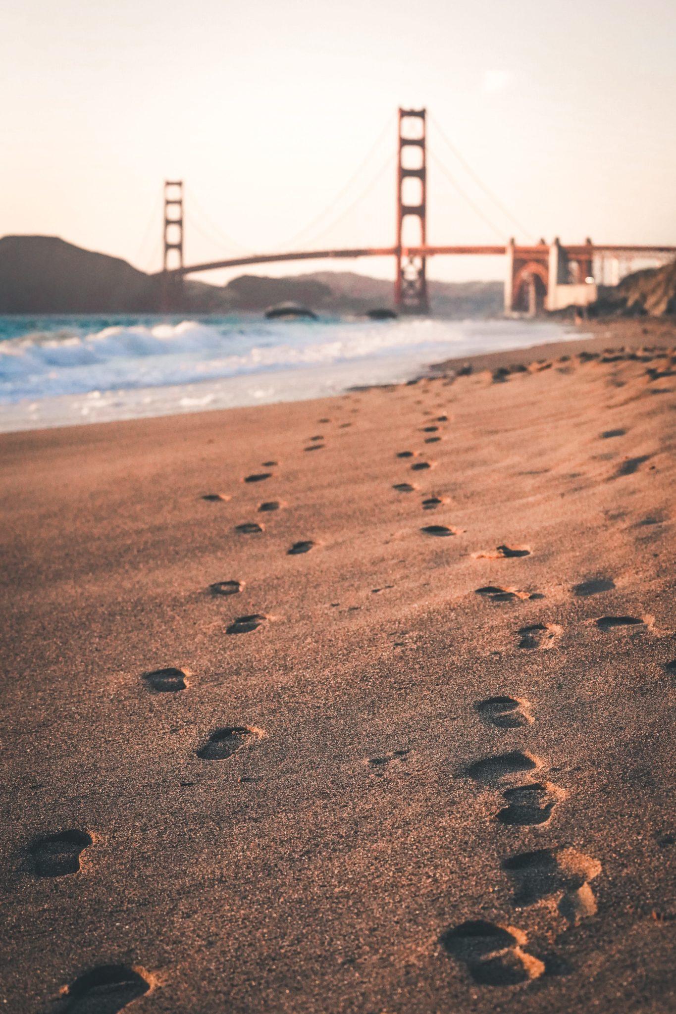 Pláž u San Francisca s Golden Gate mostem v pozadí