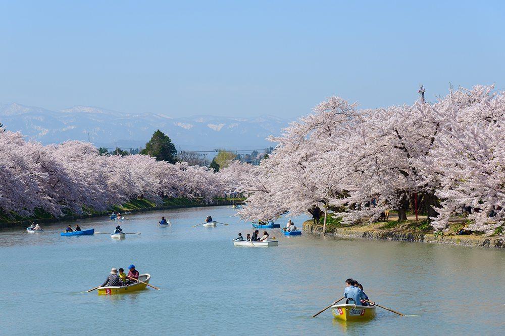 Řeka v Hirosaki Park, Japonsko.