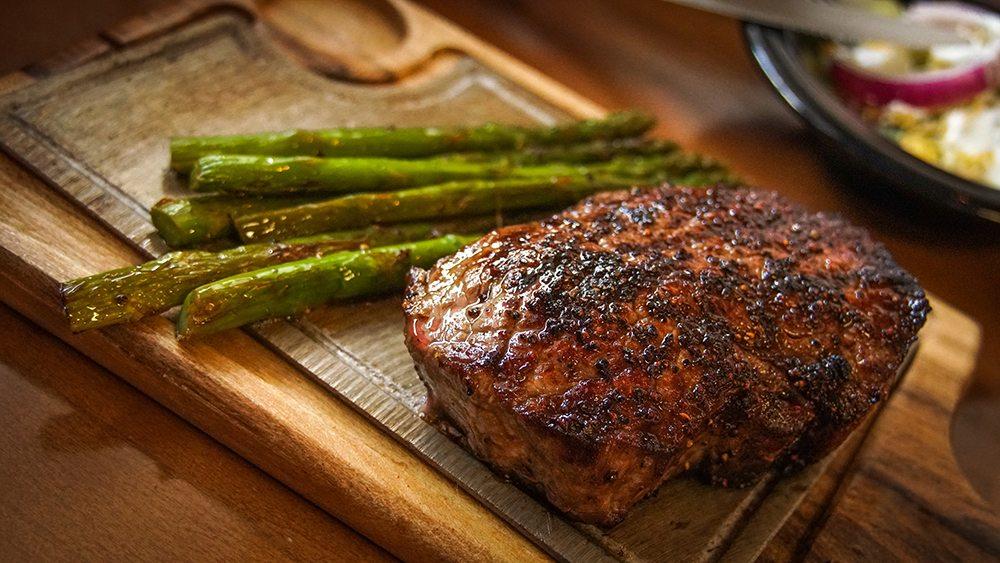 Hovězí steak s grilovaným chřestem.