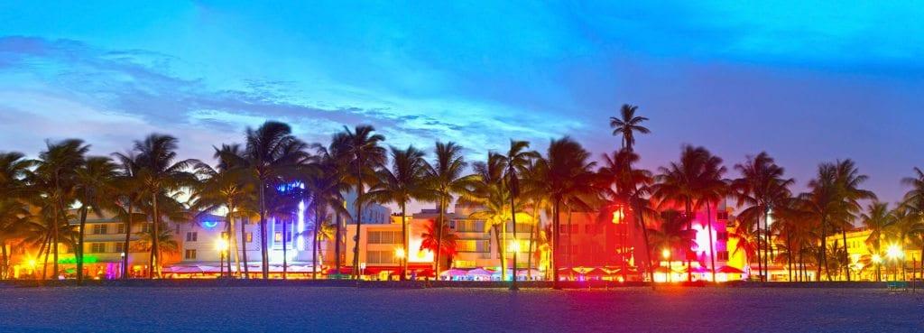 Slavný bulvár Ocean Drive, Miami.