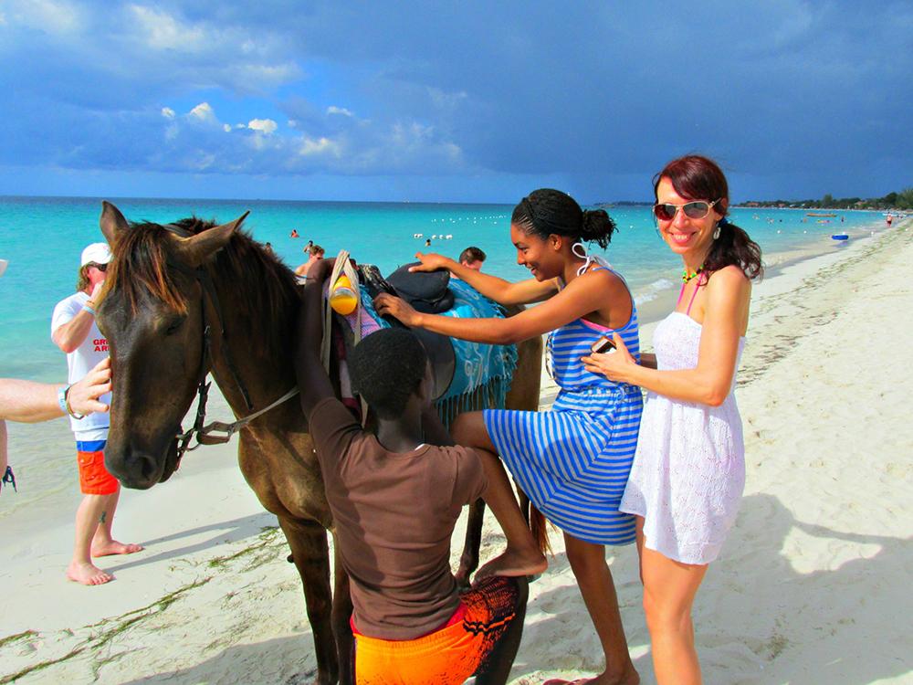 Nita s turisty na pláži.