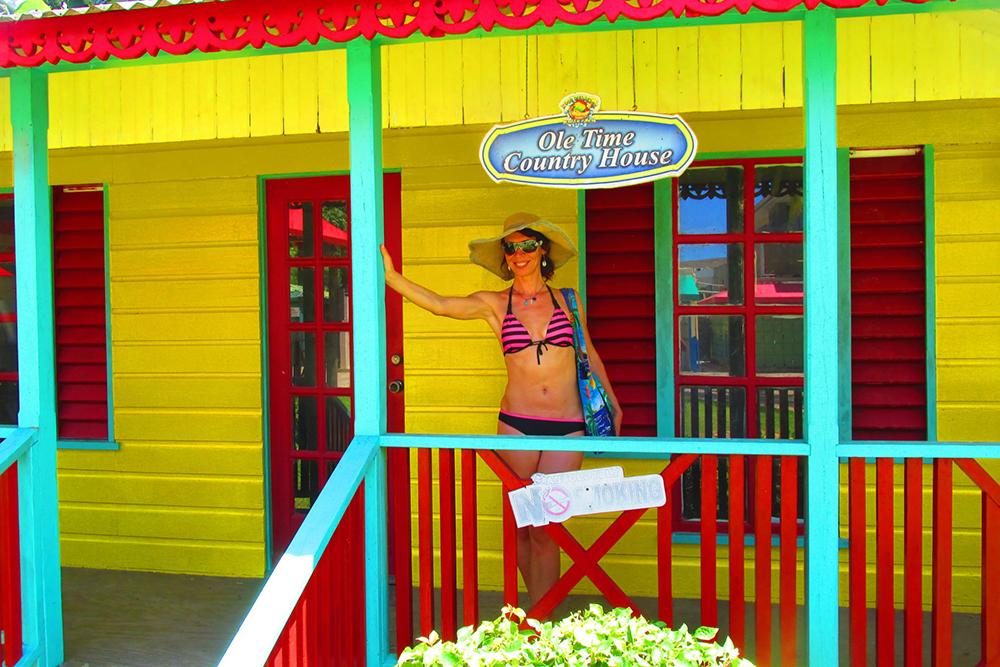 Nita u barevného domku na Jamajce.