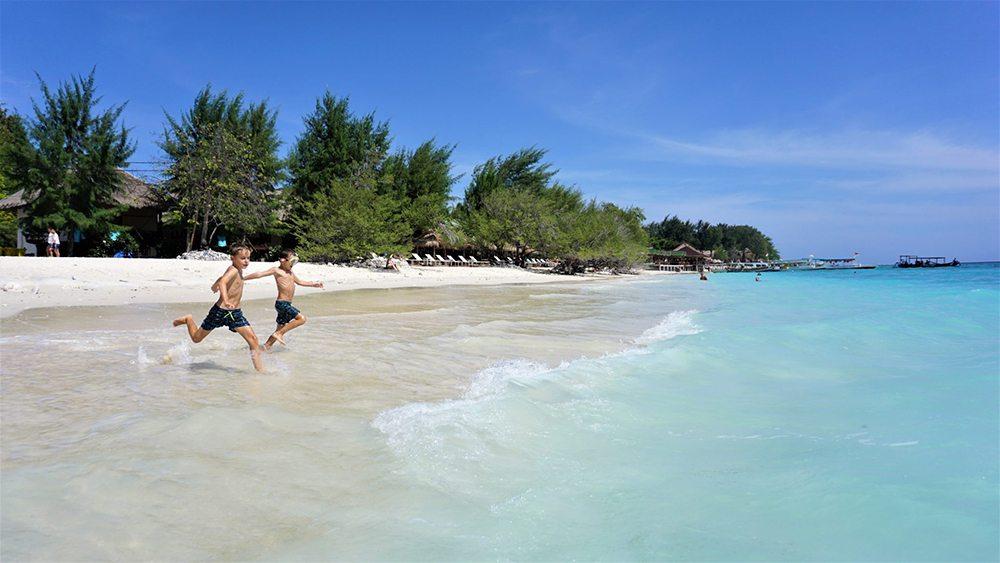 Chlapci na pláži v Indonésii.