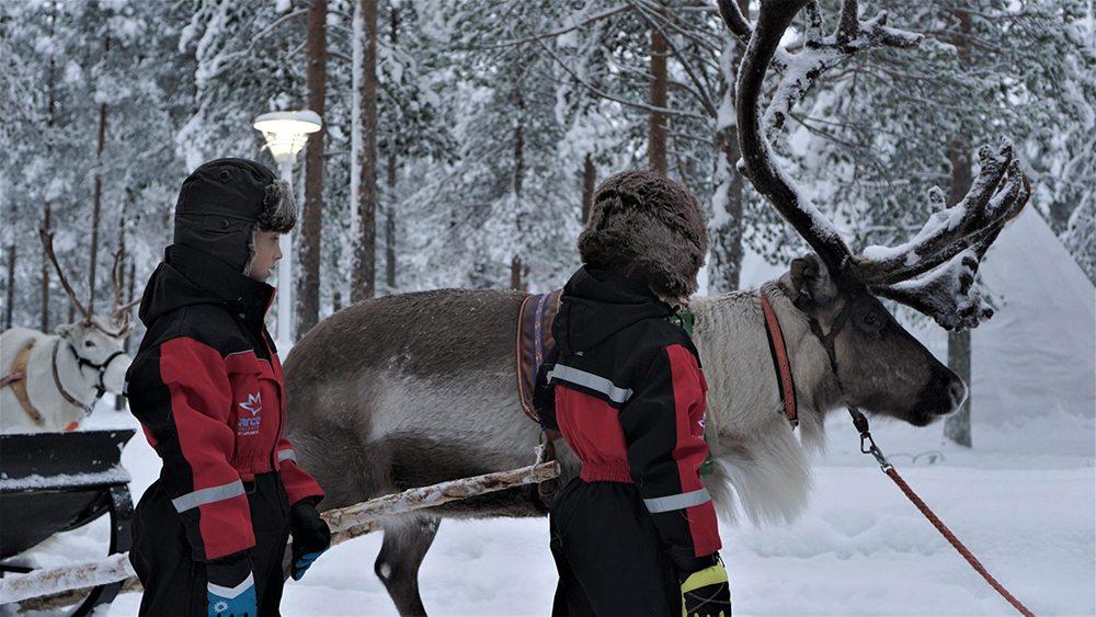 Chlapci se sobem v Laponsku.