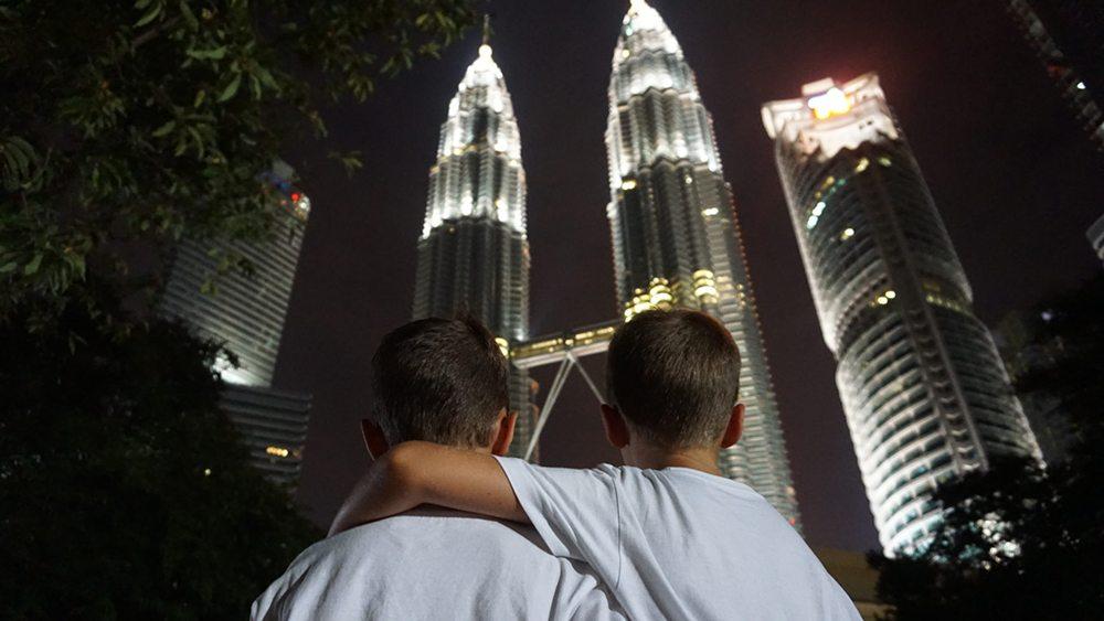 Chlapci v Kuala Lumput před Petronas Twin Towers.