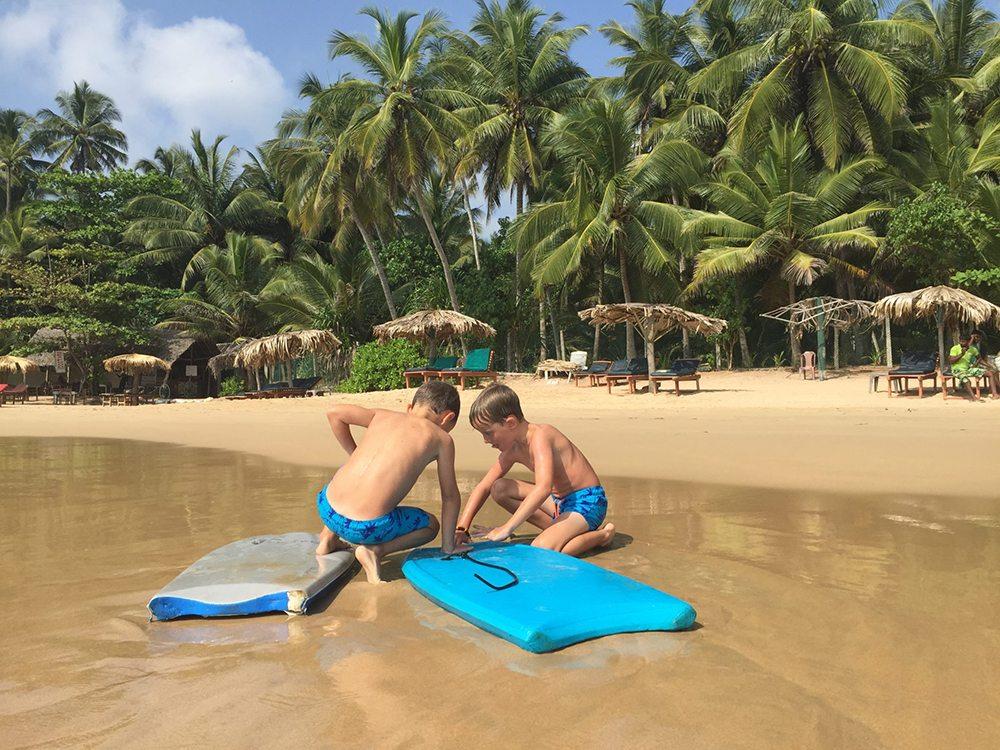 Chlapci na pláži na Srí Lance.