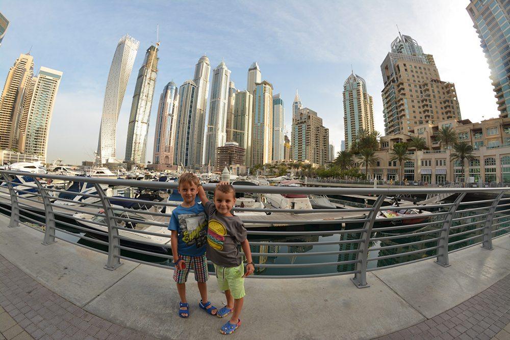 Chlapci v centru Dubaje.