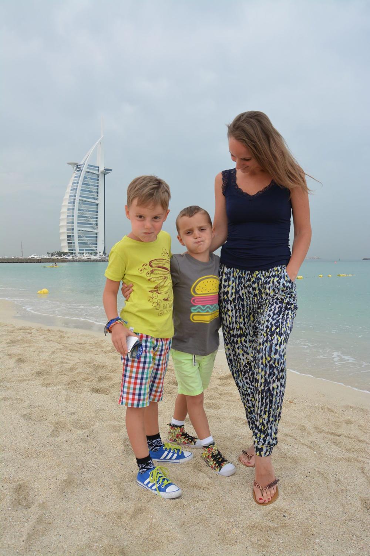 Chlapci s matkou na pláži před Burž al Arab.
