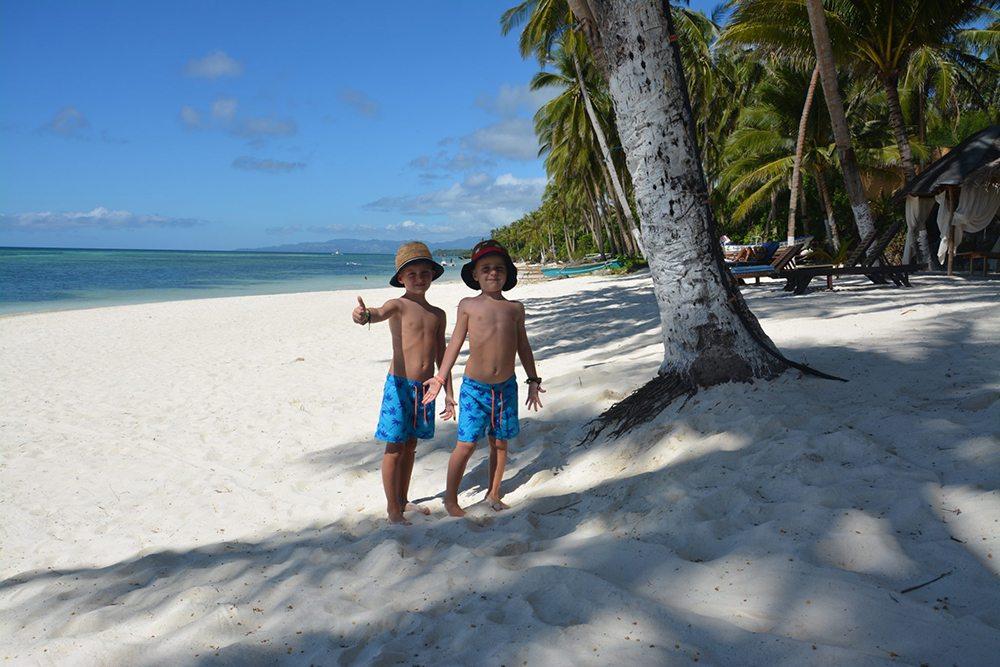 Chlapci na filipínské pláži.
