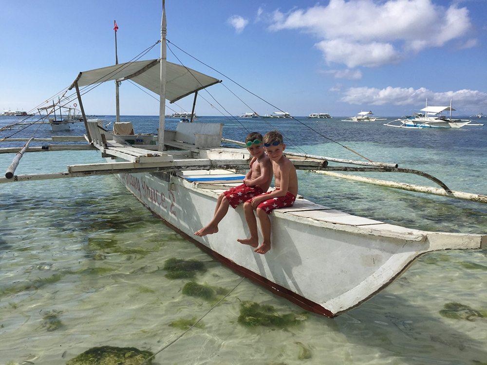 Chlapci na lodi na Zanzibaru.